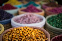 Korgar av färgglade örter och potpurri på en souk i Marrakech, Marocko Arkivfoto