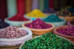 Korgar av färgglade örter och potpurri på en souk i Marrakech, Marocko Royaltyfria Bilder
