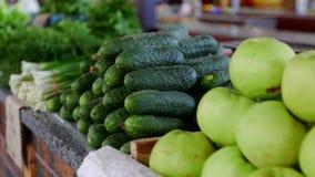 Korgar av frukter på shopparäknaren glidareskott stock video