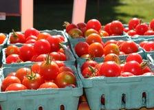 Korgar av körsbärsröda tomater Royaltyfri Bild