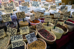 Korgar av kryddor på stallen i gatamarknad Arkivbild