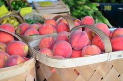 Korgar av Peaches Closeup royaltyfri foto