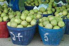 Korgar av Pomelos i en bonde Market Arkivbilder