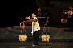 Korgar och skuldrapolen - Jiangxi opera en besman Royaltyfri Fotografi
