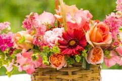Korgbukett med rosor, Gaillardia, söta ärtor, Llarkspur, B Arkivbilder