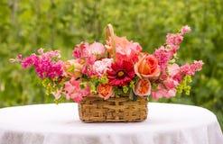 Korgbukett med rosor, Gaillardia, söta ärtor, Llarkspur, B Royaltyfria Foton