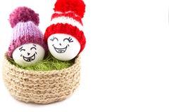korgeaster ägg Emoticons i stack hattar med pom-poms Royaltyfri Foto