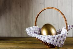 korgeaster ägg Träbakgrund, ställe för din text Royaltyfria Foton