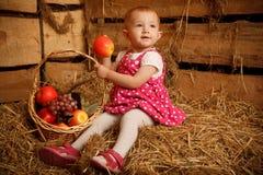 korgen bär fruktt flickan little sugrör arkivfoto