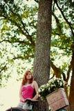 korgen blommar flickan Arkivfoton