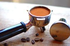 Korgen för kaffefiltret och Tamp Royaltyfri Bild