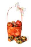 Korgen med påskägg målade i stil Khokhloma Fotografering för Bildbyråer