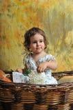 korgflickan little sitter gnäggandet Royaltyfria Foton