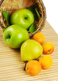 korgfrukt som hälls ut Arkivbilder