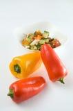 Koriander-Salat mit roten Gemüsepaprikas lizenzfreie stockfotos