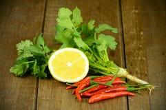 Korianderbladeren, Kalk en Spaanse peper op Houten Lijst Royalty-vrije Stock Afbeelding