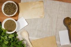 Korianderzaden, grond en groen Stock Foto's