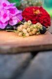 Korinthe mit Blumen an Bord Stockbild