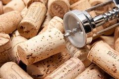 Kork av en wineflaska med korkskruvet Royaltyfria Bilder
