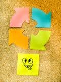Korka brädet med den färgrika stolpen dess föreställande olika emoticons med olikt sinnesrörelsekommunikationsbegrepp Royaltyfria Foton
