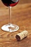 Korka och exponeringsglas av italiensk rött vin Royaltyfria Bilder