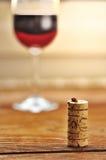 Korka och exponeringsglas av italiensk rött vin Arkivfoto