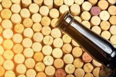 Korkad glasflaska av rött vin, sidosikt royaltyfri fotografi