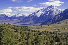 Korkade berg för snö, toppig bergskedja Nevada Range, Kalifornien arkivfoto