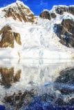 Korkade bergreflexioner för snö Fotografering för Bildbyråer