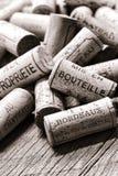 Korkar för franskt vin på vinproducenten Old Bottling Table Royaltyfria Bilder