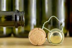 Korkar från champagne på en trätabell Trådskydd och proppar efter ny Year' s-helgdagsafton royaltyfri bild