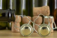 Korkar från champagne på en trätabell Trådskydd och proppar efter ny Year' s-helgdagsafton arkivbild