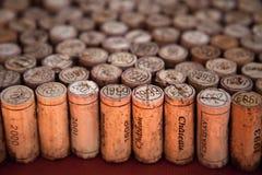 korkar som upp plattforer wine Arkivbild