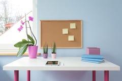 Korkbräde ovanför skrivbordet Arkivfoton