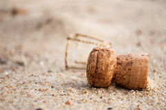 Korken auf dem Strand Stockfotos