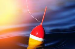 Korken, der auf ruhigen See schwimmt Stockfoto