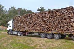 Korken, Korkenstücke Viele Stücke von der Korkeiche bellen, der natürliche Rohstoff, gestapelt auf einem LKW, lizenzfreies stockbild