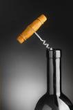 Korken-Schraube in der Wein-Flasche Stockbild
