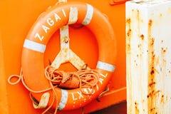 Korkenband, das am Schiff hängt Stockfoto