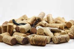 Korkenzieher auf Haufen der Weinkorken Lizenzfreies Stockfoto