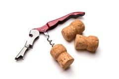 Korkenzieher- und Weinkorken lokalisiert auf weißem Hintergrund Lizenzfreie Stockbilder