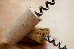 Korkenzieher zwei mit Weinkorken Beschaffenheit, Weichzeichnung Lizenzfreies Stockfoto