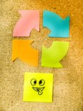 Korkowa deska z kolorową poczta swój reprezentuje różnorodni emoticons z różnorodnym emoci komunikaci pojęciem Zdjęcia Royalty Free