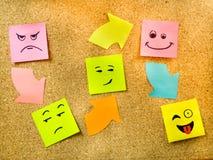 Korkowa deska z kolorową poczta swój reprezentuje różnorodni emoticons z różnorodnym emoci komunikaci pojęciem Fotografia Royalty Free