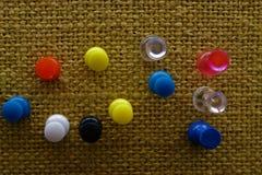 Korkowa deska z kolorowymi szpilkami fotografia stock
