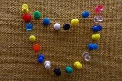 Korkowa deska z kolorowymi szpilkami zdjęcia royalty free