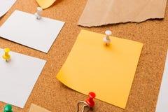 Korkowa deska z przypi?tymi barwionymi puste miejsce notatkami - wizerunek zdjęcia royalty free