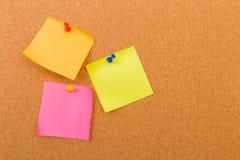 Korkowa deska z przypi?tymi barwionymi puste miejsce notatkami - wizerunek fotografia royalty free