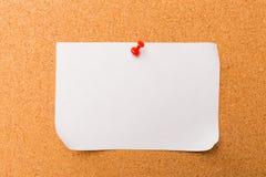 Korkowa deska z przypi?tymi barwionymi puste miejsce notatkami - wizerunek obrazy royalty free