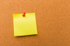 Korkowa deska z przypi?tymi barwionymi puste miejsce notatkami - wizerunek fotografia stock